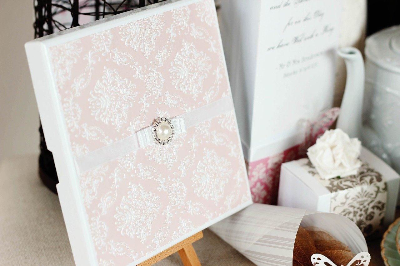 Gästebücher gibt es in den unterschiedlichsten Design und Größen. Hier hast Du wirklich die Qual der Wahl.