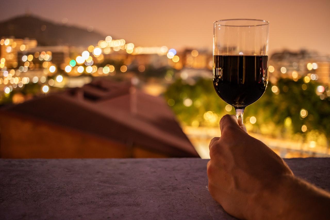 Ein schöner Wein aus einem schönen Rotweinglas und im richtigen Ambiente, erwärmt die Seele.