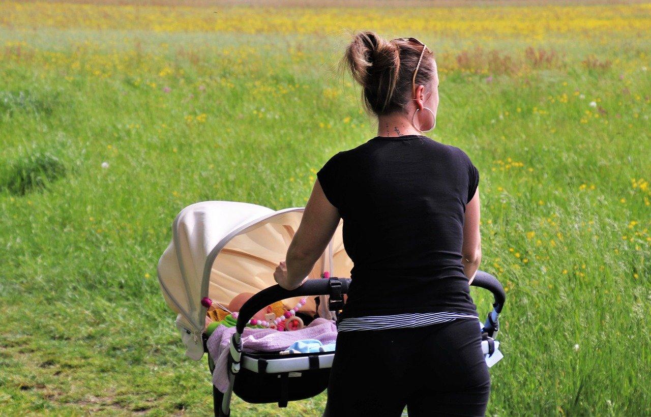 Mit einem Jogger Kinderwagen kannst Du gemeinsam mit deinem Baby in der Natur joggen.