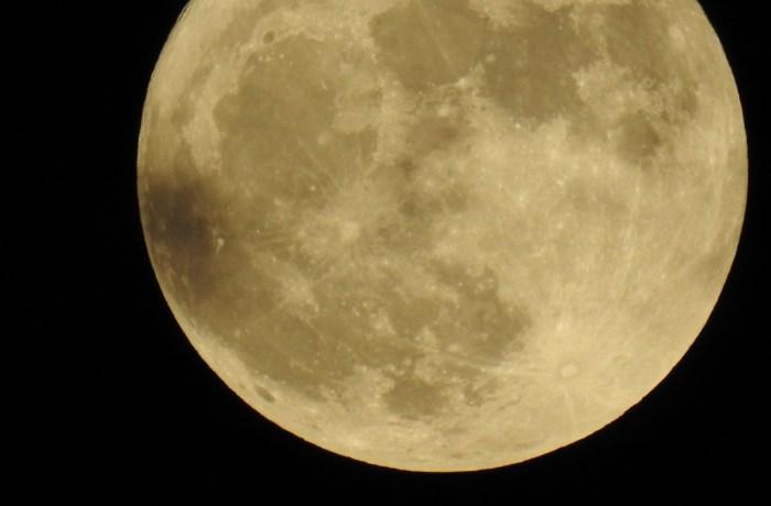 Une Lune Exceptionnelle sur Tunis