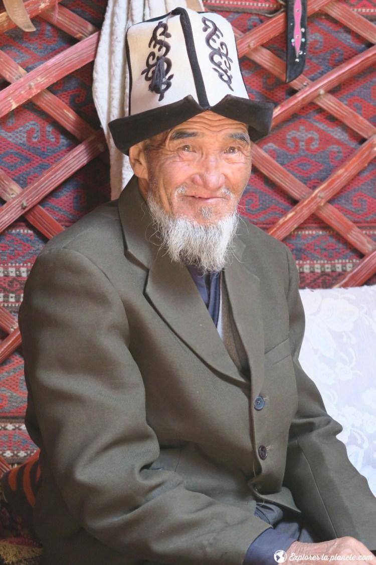 Le grand père de la maison avec son Kalpak et son veston.