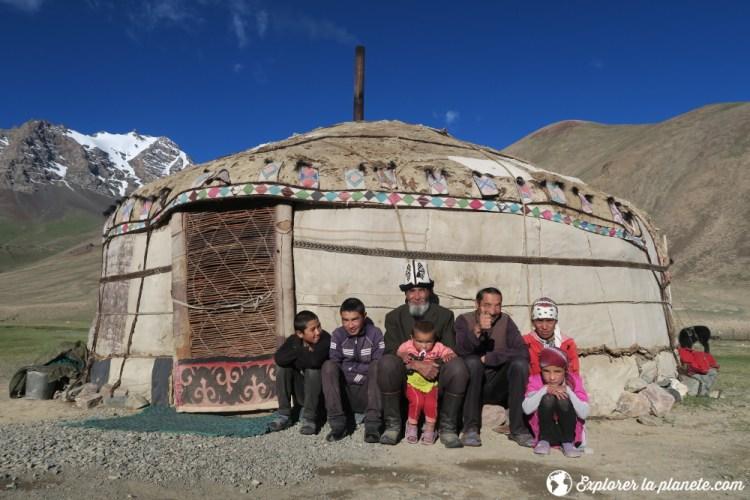 Photo de famille devant la yourte dans la vallée de Pshart.