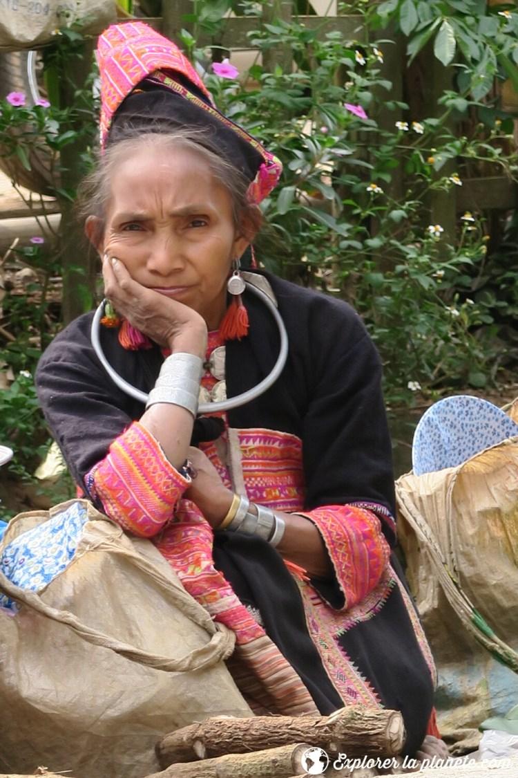 Dame Akha pala au marché de Pak nam noi au Nord du Laos