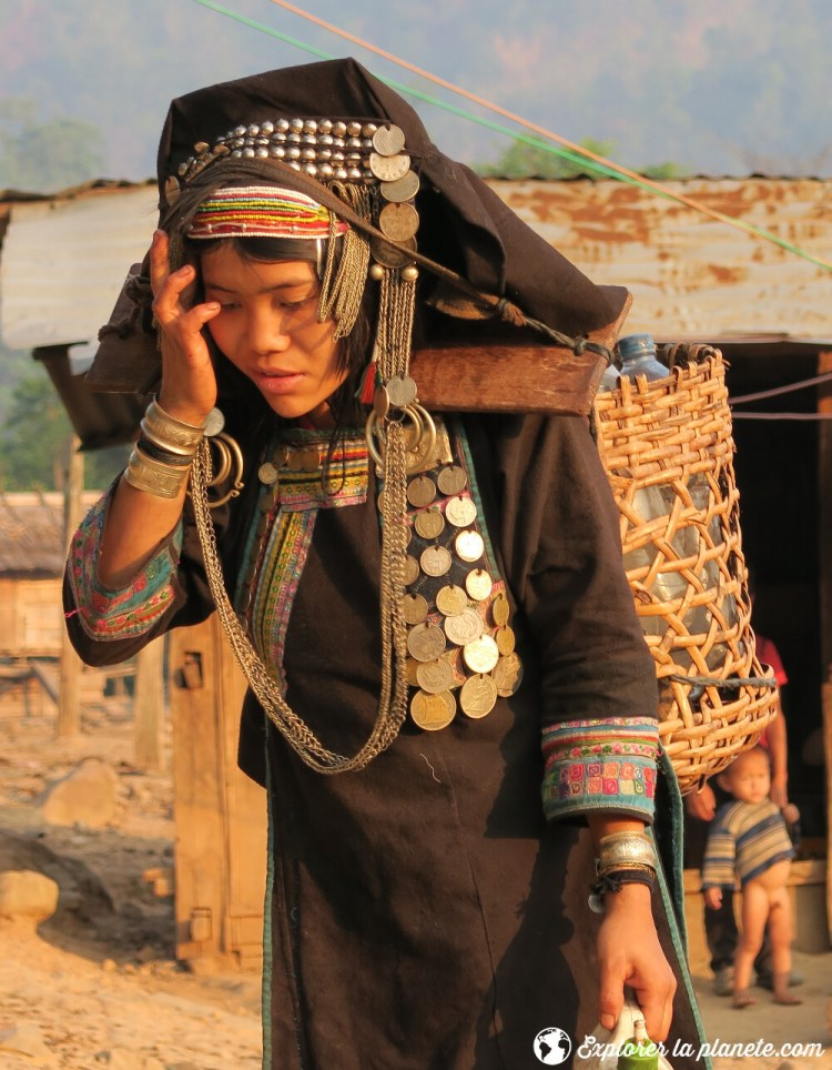 Jeune femme Akha pixor avec l'habit traditionnel