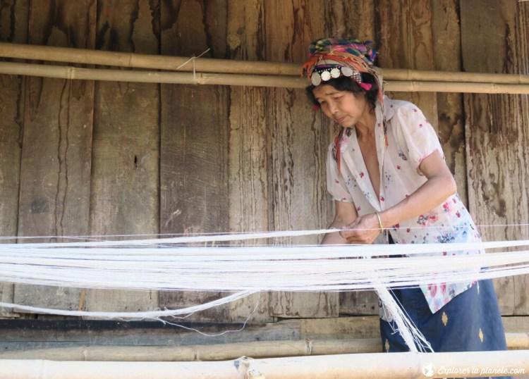 Dame Akha ya er dans un village près de Pak nam noi qui fait du tissage