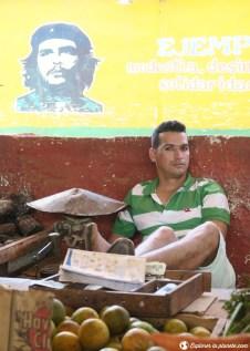 Vendeurs de légumes avec le Che à La Havane.