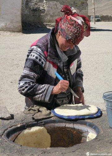 Femme préparant pain nan dans tandoor