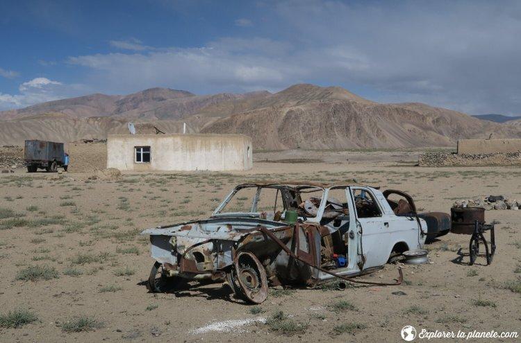 Voiture décomposée à Bulunkul au Tadjikistan