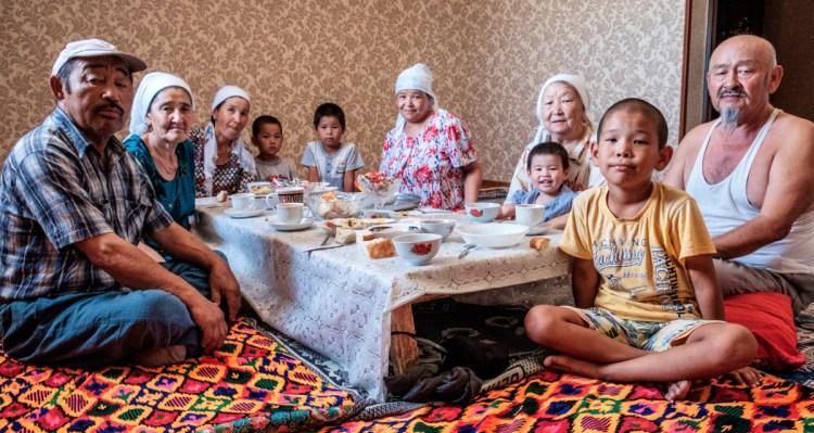 Famille Kazakhs réunie autour d'une table