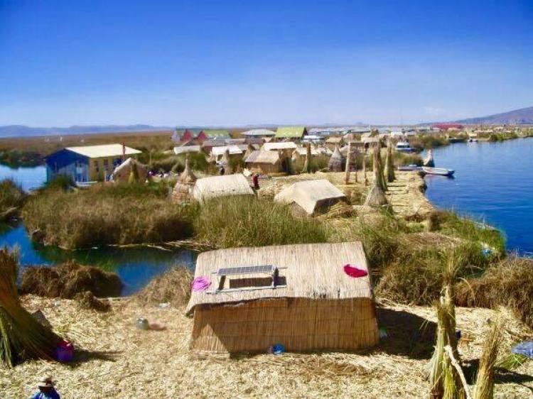 Maisons d'un village Aymara sur le bord de l'eau