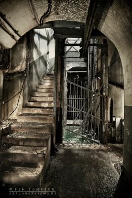 Bilder einer Zeitreise Aufzugschacht und Treppenhaus in einem Bunker