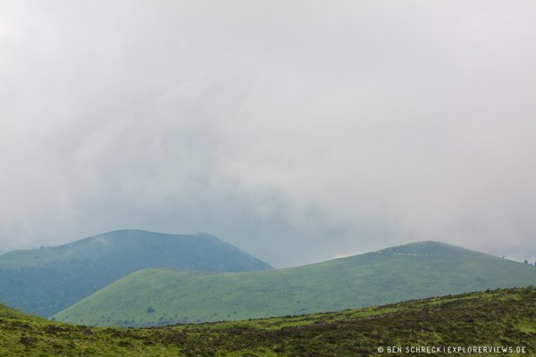 Auvergne Vulkane in Wolken gehüllt