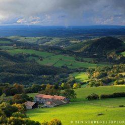 Waldlandschaft im Mittelgebirge Auvergne 2079