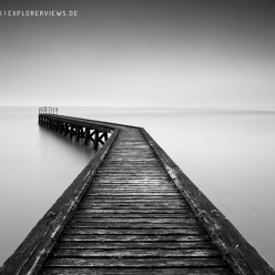 Holzsteg ins Meer