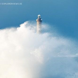 Sturmwelle am Leuchtturm 0959