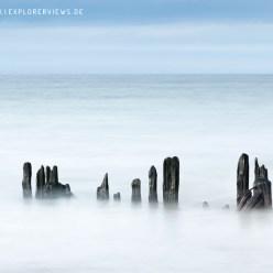 Holzpfähle im Meer 9125