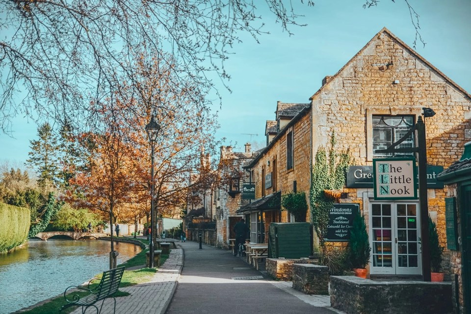 fall foliage in a little village in the cotswolds
