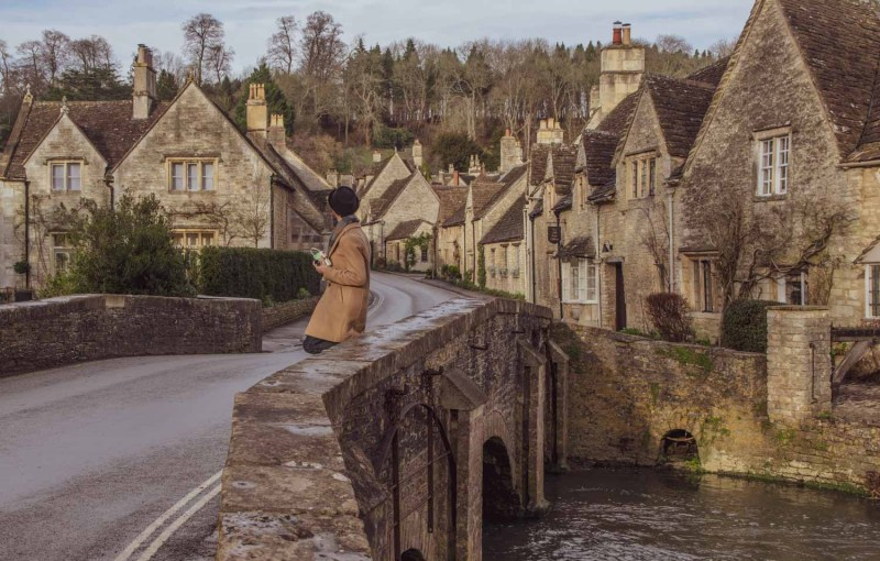 The river bridge in Castle Combe (England) is a popular photo spot for people visiting The Cotswolds