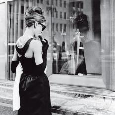 Audrey Hepburn olhando a vitrine da Tiffany