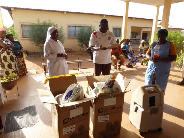 Entrega solidaria de concentrador de oxígeno en Costa de Marfil
