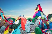Montaña de ropa usada