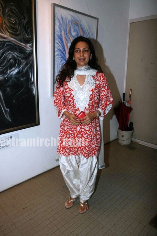 Juhi-Chawla-at-the-Nawaz-Singhanias-art-exhibition-1.jpg