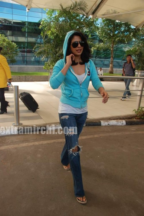 Priyanka-snapped-at-Mumbai-airport-3.jpg