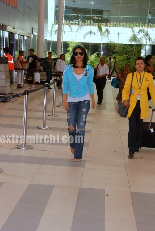 Priyanka-snapped-at-Mumbai-airport.jpg