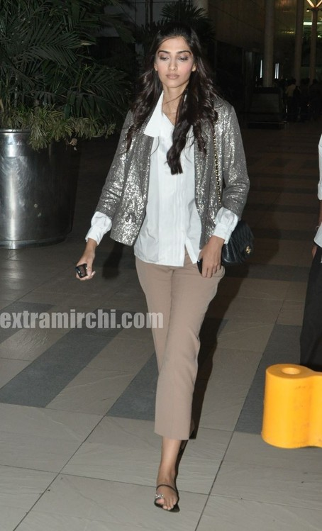 Sonam-Kapoor-returns-from-IHLS-Ahmedabad-Promotions-1.jpg