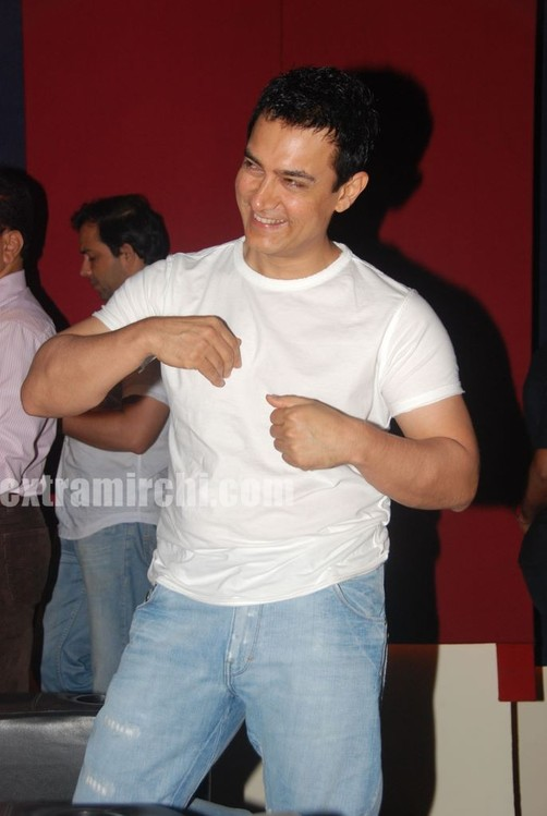 Aamir-Khan-unveils-Peepli-Live-first-look-1.jpg