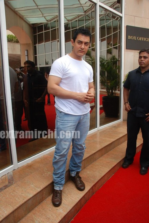 Aamir-Khan-unveils-Peepli-Live-first-look-4.jpg