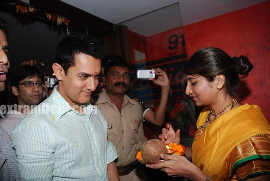 Aamir-and-Anusha-Rizi-promote-Peepli-Live-on-Radio-City-2.jpg