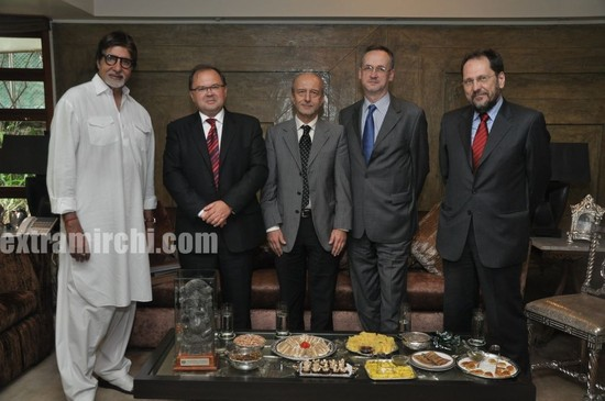 Amitabh-Bachchan-recieves-a-Salt-Ganesha-Momento-from-Poland-Ambassado.jpg