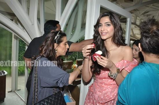 Anil-Kapoor-wife-Sunita-Kapoor-and-daughter-sonam-pic.jpg