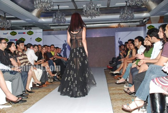 Celina-Jaitley-walked-the-ramp-in-Rina-Dhaka-and-Dev-R-Nils-creations-2.jpg