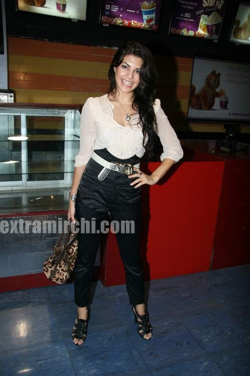 Jacqueline-Fernandes-at-Premiere-of-Knight-and-Day.jpg
