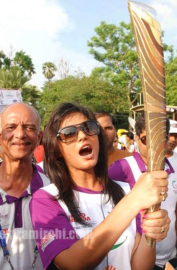 Neetu-Chandra-with-the-Queens-Baton.jpg