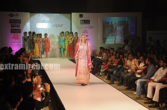 Saina-Nehwal-turned-traditional-showstopper-in-style-when-she-walked-ramp-for-Pallavi-Jaipur-at-Hyderabd-Fashion-Week-1.jpg