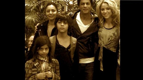 Shahrukh-Khan-meet-Shakira-wife-Gauri-and-kids-Aryan-Suhana.jpg