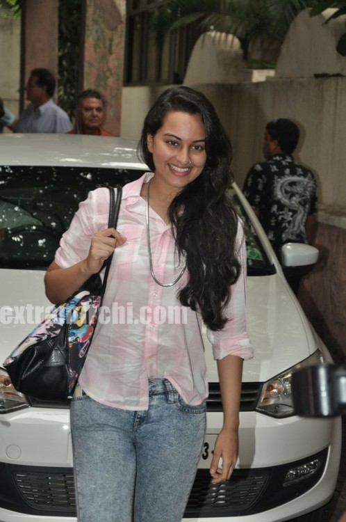 Sonakshi-Sinha-at-a-Special-Screening-of-IHLS-1.jpg