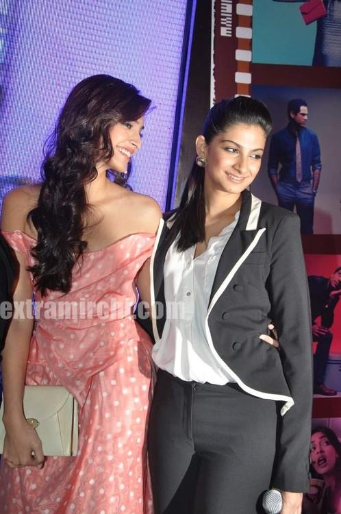 Sonam-Kapoor-with-sister-Rhea-Kapoor-1.jpg