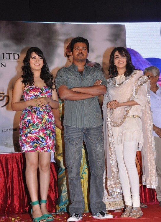 Vijay-with-Genelia-and-Hansika-Motwani-at-Velayudham-pooja.jpg