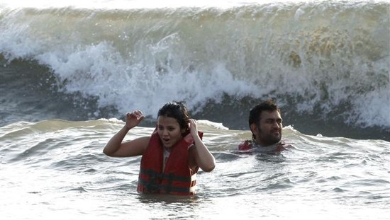 MS-Dhoni-and-wife-Sakshi-at-Goa-Beach-1.jpg
