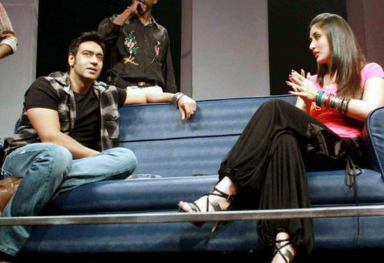 Kareen-Kapoor-Lets-Tweet-T-Shirt-1.jpg