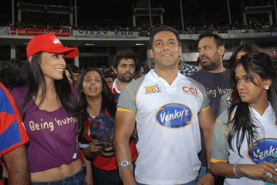 Shriya-Saran-cheers-at-Celebrity-Cricket-League-T20-3.png
