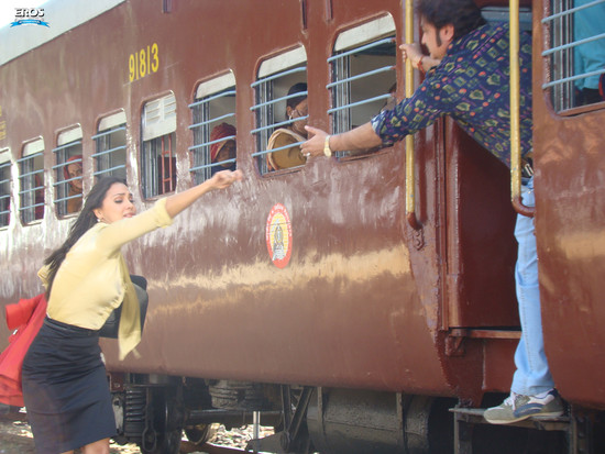Chalo-Dilli-Lara-Dutta-Vinay-Pathak-3.jpg