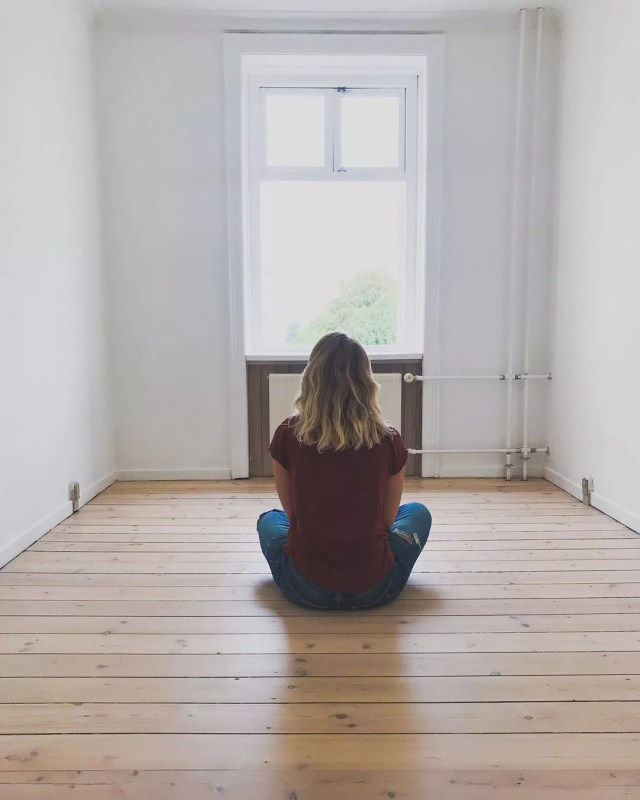 Woman sitting in an empty room. Photo by Instagram user @carosauar