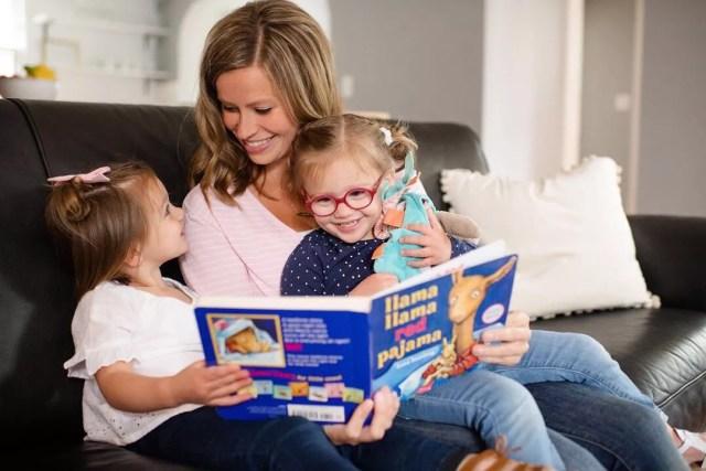 Mom reading to little girls. Photo by Instagram user @alliscalmsleepconsulting