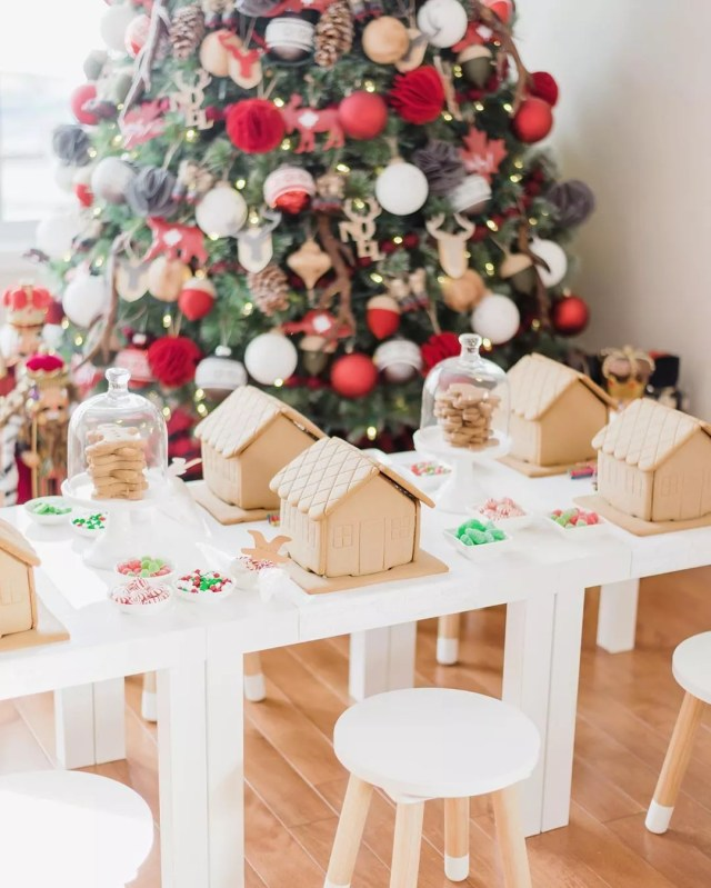 Christmas table with Gingerbread houses. Photo by Instagram user @pomponsevents