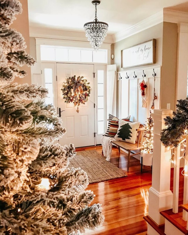Christmas entryway. Photo by Instagram user @lifewithgingerlee